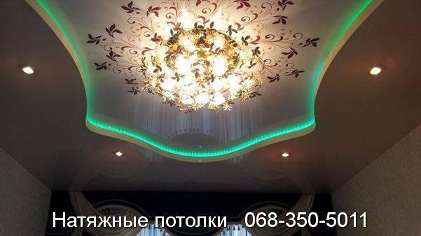 Двухуровневый натяжной потолок с зелёной подсветкой