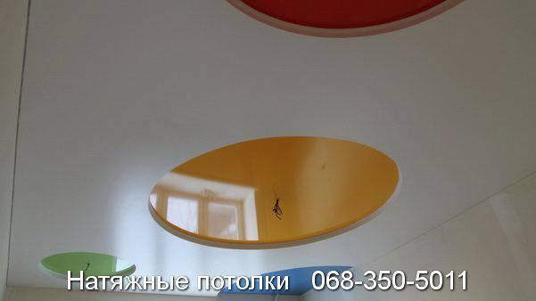 натяжной потолок со вставкой жёлтого зелёного и красного цветов