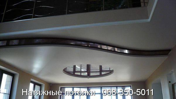 натяжной потолок с цветными вставками