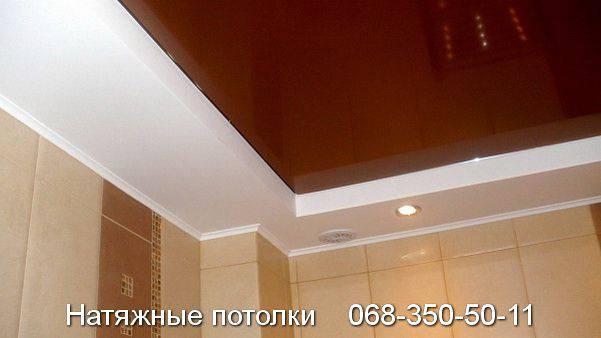 сочетание белого и вишнёвого цветов натяжного потолка