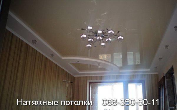 натяжной потолок со ступенькой белого цвета по периметру комнаты